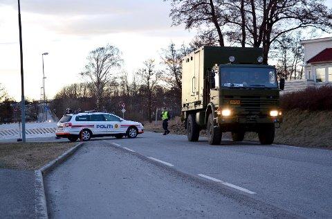 BOMBEGRUPPA ANKOMMER: Forsvarets bombegruppe ble sendt fra Sessvollmoen og ankom Tønsberg like før 18.30 fredag. Her passerte de politiets sperring inn mot Vallø.