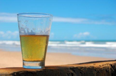 SMERTESTILLENDE: Et par øl vil få deg til å føle mindre smerte enn hva smertestillende tabletter gjør, hevder britiske forskere.