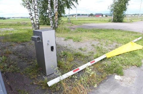 BRAKK: På vei ut av Jarlsberg travbane brakk hesten denne bommen tvers av.