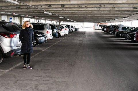FULLT: Cecilie Brinck Johnsen sier de ansatte ved sykehuset hver dag kjemper en nærmest forgjeves kamp for å sikre seg en av parkeringsplassene for ansatte ved Sykehuset i Vestfold.