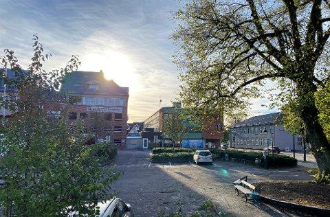 BLIR HØYERE: Bygget i midten, som i dag er på tre etasjer, kan nå erstattes av et på fem. Det gjør at naboene i bygget til venstre mister utsikt og sollys.