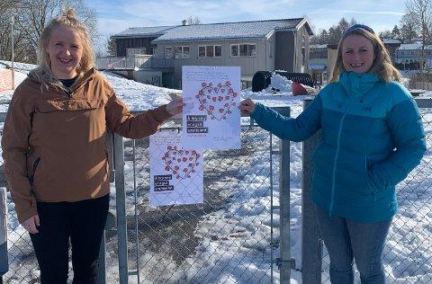 OVERRASKELSE: Lise A. Sisjord og Sandra D. Wang er blant foreldrene som gikk sammen for å overraske de ansatte ved Ekely barnehage med plakater og takkefilm denne fredagen.