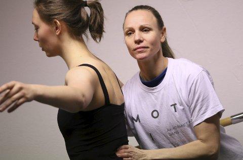 I siget: Tvedestrands danseskole MOTIO opplever rekordhøye søkertall. Her er det daglig leder Tonje Norlinder Osmundsen som instruerer Elin Sørli.  Foto: Cecilie Hilman
