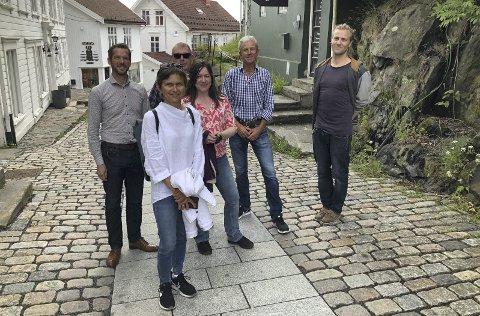 Omvisning i vakker sentrumsgate: Hilde Pettersen, Michael Gräfe, Knut Sunnanå og Elin Jansen ble guidet rundt i Hovedgata og Holgata av Otto Bugge og Andreas Grimsland i Tvedestrand kommune.