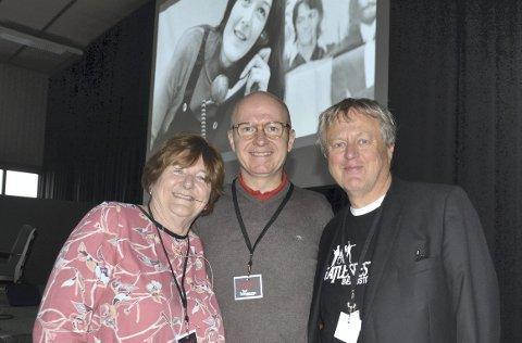 Sjarmerte alle: Freda Kelly sammen med arrangørene Dag Inge Fjeld (t.v.) og Terje Steinsrud for Beatlesfestivalen. I bakgrunnen ser vi Freda som sekretær for The Beatles, noe hun var i hele karrieren til bandet fra Liverpool.