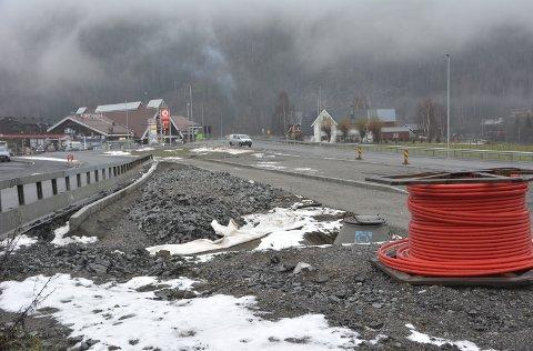 Til våren: Her kjem busshaldeplassen ved E16 i Bagn. Det blir montering av leskur og opning for trafikk til våren.