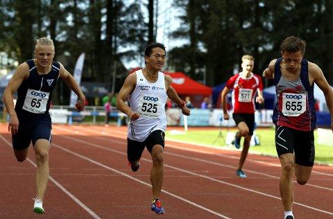 Nær pers: Sondre Matias Rudi (i midten) var nær persen på 23,38 da han løp inn til 23,48 i et treningsstevne på Blåbærmyra mandag.