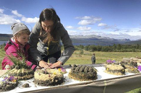 Naturkake: Lilly Noelle Revheim (5) og Lisa Marie Revheim (35) fra Bergen lager naturkaker sammen. (Foto: Heidi Bragerhaug).
