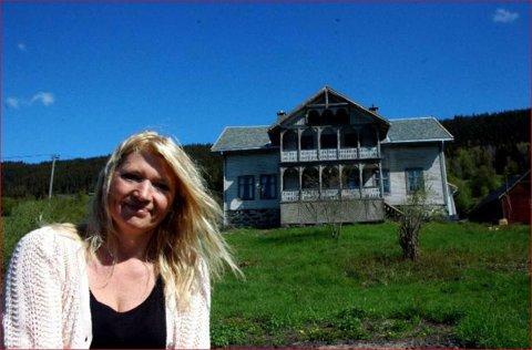 Hus under restaurering: Gudny Berge framfor huset ho kjøpte i 2014. Dette bildet er teke i mai 2016.