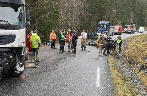 TIL SYKEHUS: To personer er fraktet med henholdsvis ambulanse og helikopter til Gjøvik sykehus, etter sammenstøt mellom en betongbil og en personbil ved Juvfossen i Etnedal fredag ettermiddag.