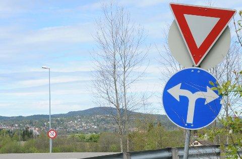 TRAFIKKSKILT: Skiltet på Kjul er ikke til å ta feil av. Du kan kjøre enten til venstre eller høyre, men ikke rett fram for å snike i køen på riksvei 4.
