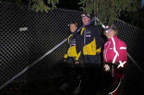 HITMENIKKELENGER:Disse tre i Nittedaljoggen måtte mandag kveld innse at stien over Gjøvikbanen er sperret; f.v. Siri Bekk, Arne Christoffersen og Julia Henriksen.