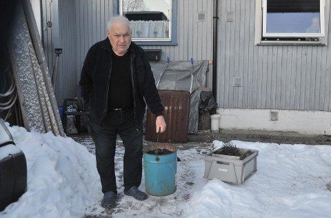 TETTPIPE:John Marigård med noe av beket som brannfolka fikk ut av pipa hans i Slattum terrasse.