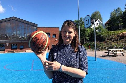 HÅPER PÅ GJENÅPNING: Anne Lech er leder i Nittedal basketballklubb og mener at baner som den på Sørli er svært viktig for sunne aktiviteter for barn og unge og for rekrutteringa til basketballsporten.