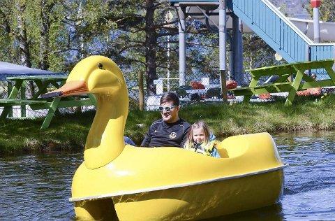 Leiinga i Mikkelparken i Kinsarvik er nøgd med sommarens besøk, sjølv om det viser ein liten nedgang frå 2014. Her kosar Jørn Vegard Holmberg og Tuva Syse Holmberg seg i Hordalands einaste fornøyelsespark. FOTO: KRISTIN EIDE