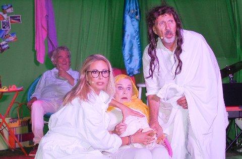 ULTRALYD: Josef (Geir-Atle Johnsen) og Maria (Hanne Dahle) på ultralyd med Karianne Kjærnes som jordmor. De undres over at det ufødte barne Jesus går på fostervannet.