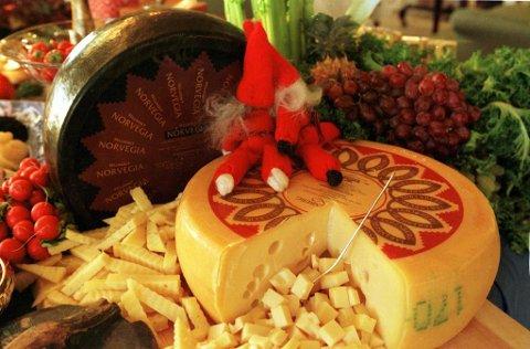 SÆRNORSK: Tine har markedsført Jarlsberg-osten med at den er særnorsk. Nå produseres tonnevis i utlandet med utenlandske råvarer.