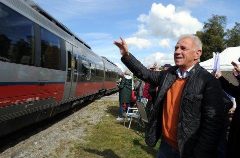 HILSER: Pensjonert konduktør Jan Anders Arneberg fra Hamar hilser til toget på Håmålvoll stoppested.