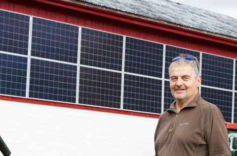 PIONER: Melkebonde Kjell Anders Sandkjernan i Glåmos gikk for solcellestrøm. Den kostbare investeringen har fungert godt så langt.