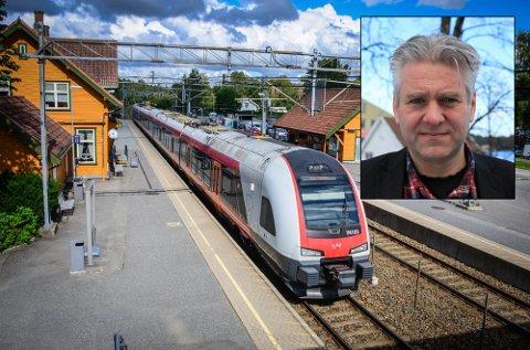 IKKE FORNØYD: Dag Nestegard (SV) er ikke fornøyd med punktligheten for togene til og fra Ås. Han er heller ikke fornøyd med at det er perioder med buss fro tog hvert år.