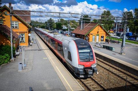 FÅR FLERE AVGANGER: Når Follobanen åpner på tampen av 2022 vil det gi halvtimesavganger fra Ås stasjon hele dage, ikke bare i rushtiden.