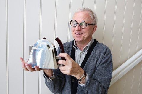 HJEMME PÅ NESØYA: Tekannene er håndlaget i polert tinn i Malaysia. Finn Sandmæl lagde de første skissene i 1999. For å få satt tekannene i produksjon må han ha en bestilling på minimum 200 av hver kanne, sier han.  FOTO: KNUT BJERKE