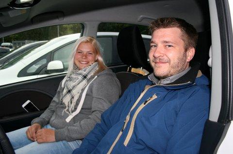 NEPPE PERMANENT: Thomas Eriksen og Jeanette Hyving fra Vollen tror elbilene får komme tilbake til kollektivfeltet.