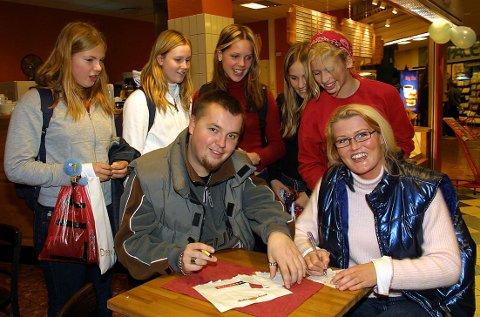 DEN GANGEN: Danceduoens tilstedeværelse på Sandvika Storsenter gikk ikke upåaktet hen blant fansen i 2001.