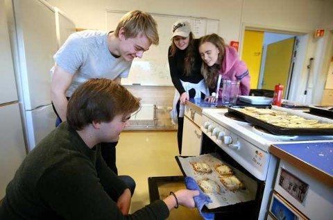 Hauk Bjørneklett (f.v.) og Trym Eidsten sammen med revysjefene Henriette Lund og Eira Tvedten. – Vi jobber for å bygge opp revyen som en kul greie på skolen, sier Tvedten.