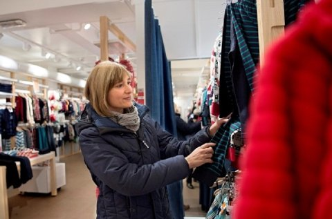 Svenja Lehmann er i høyeste grad prisbevisst på kostnadene ved å ha barn. - Hjemme i Tyskland handlet jeg ofte barneklær i bruktbutikker til minst bare halvparten av nypris. Leasing av barneklærer er trolig best egnet for de minste barna, tror hun. (Foto: Hilde Unosen, Dagsavisen/ANB)