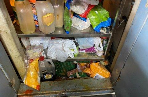 LAGRING: Søl og rester på gulvet på tørrvarelager, der varer lagres på gulv, blant annet ødelagt emballasje.