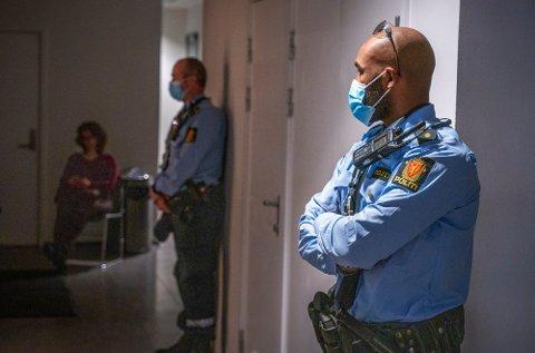 VAKTHOLD: Politiet holdt vakt utenfor rettssal 250 under fengslingsmøtet i Oslo tingrett fredag. En 16 år gammel syrisk gutt er nå fengslet i to uker, siktet for terrorforberedelser.
