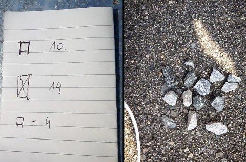 MYSTISK MERKING I MELAND: Denne lappen fann Lisbeth Hansen på døra til foreldra sine. Ho fann steinane i eit mønster hjå naboane. Politiet bad ho fjerna dei. FOTO: LISBETH HANSEN