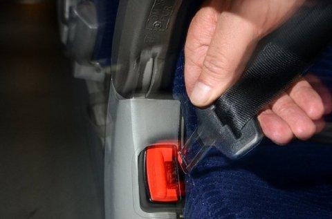 Slurvar du med sikkerheitsbeltet i buss, kan det koste deg 1500 kroner.