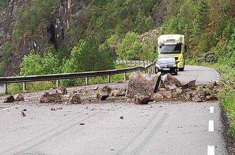 Steinraset sperrar fylkesveg 569 i Modalen.