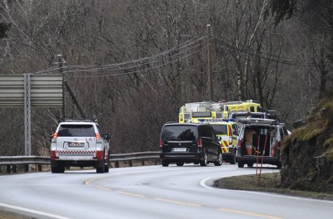 Politiet ble varslet om ulykken klokken 0232 natt til lørdag. En mann i begynnelsen av 60-årene er bekreftet omkommet.
