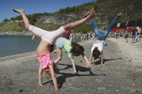 Første sommerdag: Ronja Benedikte Bangstad, Erle Mari Nymo og Frida Odeh i første klasse på Rønvik skole nyter strandlivet i Kvalvika. Alle foto: Tom Melby