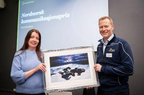 Daglig leder i Arctic Race of Norway, Knut-Eirik Dybdal, med juryleder Katarina Belsom under prisutdelingen 13. november i Bodø.