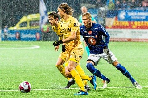 Ola Solbakken i duell med Håkon Evjen og Ulrik Saltnes under kamp mellom Glimt og Ranheim i fjor.