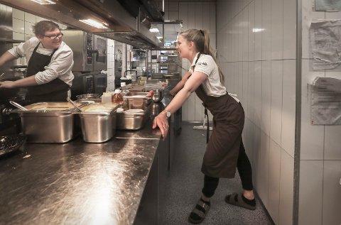 Restaurantsjefen tar en kikk inn på kjøkkenet for å se hva hun kan bidra med. Her sammen med kokk Espen Willumsen.