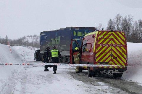 Politiet og Statens vegvesen foretok undersøkelser på ulykkesstedet, der en mann i 50-årene mistet livet.