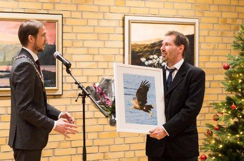 Ordfører Sigurd Stormo overrakte frivillighetsprisen til Rudi Eliassen i kommunestyresalen 10. desember 2020.