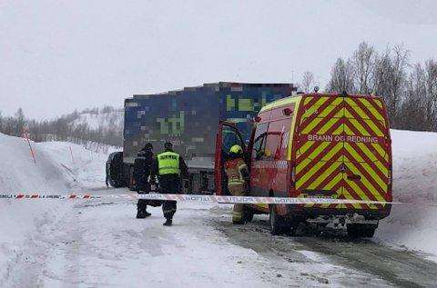 ETTERFORSKNING: Politiet og Statens vegvesen foretok undersøkelser på ulykkesstedet, fredag ettermiddag og kveld.