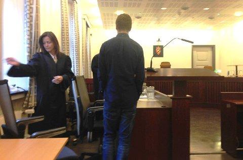 Jackpotvinner Magnus Engevik møtte onsdag i Bergen tingrett. Her sammen med sin advokat Cecilie Amdahl som også representerer spilloperatøren Betsson.