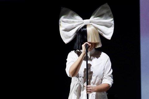 Australske Sia Kate Isobelle Furler, bedre kjent som artisten Sia, gjemmer seg som oftest bak store parykker.