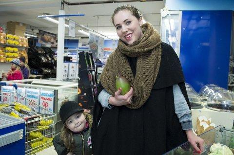 For billig: Mia Åkerlund er mest opptatt av kortreist, økologisk mat, mens Stella (4) liker best frukt. – Priskrigen på godteri gjorde meg trist, men det var bra når de fulgte på med priskutt på grønt, sier Åkerlund. Foto: Mats Myredal