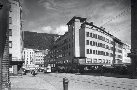 På dette fotoet frå 1930-talet ser ein tydeleg tårnet som prega fasaden på avishuset.  På raffinert vis refererte arkitekt Einar Oscar Schou                         til vektartårnet som stod her i mellomalderen.   Foto: Christian Bøbak/ UBB