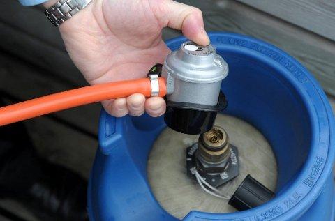 Påfyll av gass til sommerens grilling kostet Arne Devik 1.000 kroner ekstra, fordi bytteflasken hadde gått ut på dato. Foto: Per Langevei, Sandefjords Blad/ANB
