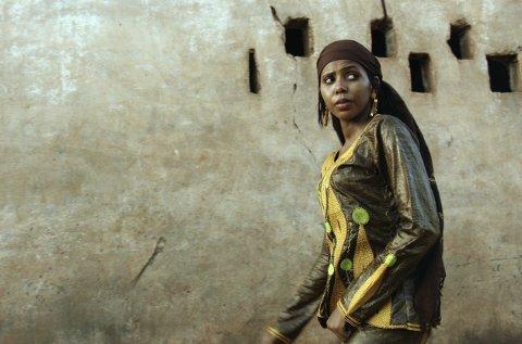 Kan bli prisvinner: Jaha Dukureh er nominert av Ap-politiker Jette Christensen til Nobels fredspris, som deles ut hver høst. Durkureh kjempet mot sin egen familie, presteskapet og regjeringen i Gambia for å få avskaffet omskjæring av unge jentebabyer. Det klarte hun, og den gambiske kvinnen er blitt et symbol på en enkeltpersonskamp mot en tusen år gammel tradisjon.arkiv: BIFF