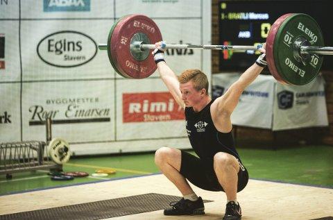 Marcus Bratli slo alle de norske ungdomsrekordene i 62-kilosklassen i fjor, og drømmer om å delta i OL i løpet av karrieren. Han er glad for at dopingproblemene i vektløfting nå blir tatt tak i, selv om sporten kan miste plassen i OL. Arkivfoto: Tryggve Duun
